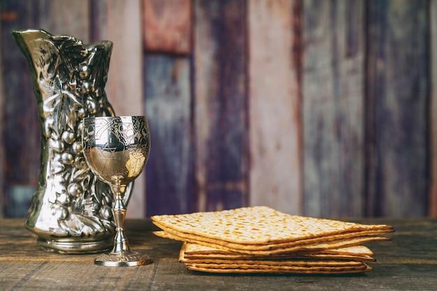 Vidro do vinho do passover e do close up do matzah. pão judaico matzah