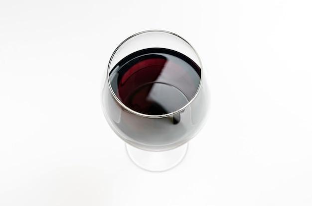 Vidro do vinho vermelho, espaço da cópia, isolado. vinho esmeralda espanhol em um copo com uma haste alta.