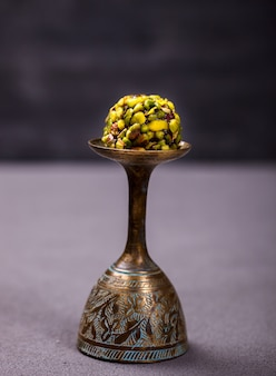Vidro oriental tradicional do metal da sobremesa