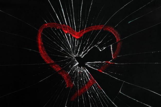 Vidro quebrado com coração desenhado