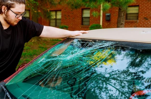 Vidro quebrado racha um acidente na estrada na frente do carro