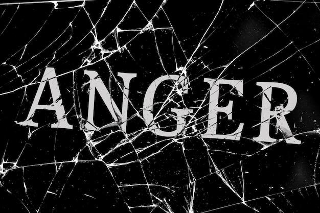 Vidro quebrado sombrio com rachaduras com a inscrição da raiva