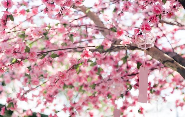 Vidro romântico e carta móvel hanking na árvore sakura para decoração de jardim ao ar livre em estilo japonês
