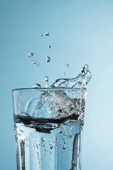 Vidro transparente com água