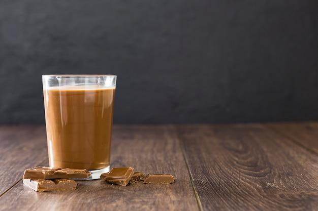 Vidro transparente de milk-shake de chocolate com espaço de cópia