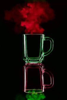 Vidro verde com reflexo vermelho sobre fundo preto