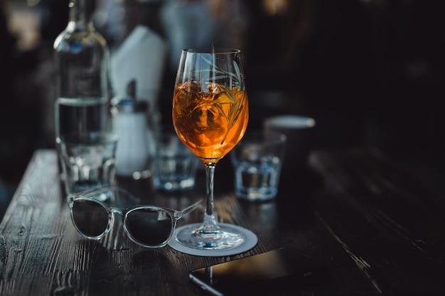 Vidros com vinho e coquetel na mesa em um café