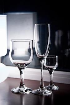 Vidros de vinho limpos vazios no close-up claro não ofuscante.