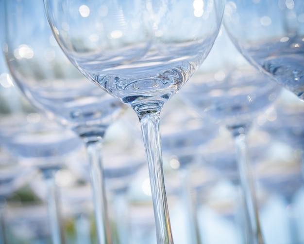 Vidros de vinho vazios que ajustam-se para a festa de casamento.