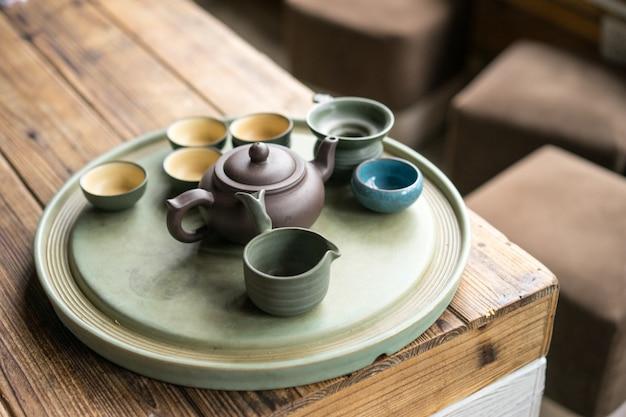 Vidros pequenos com um bule de chá