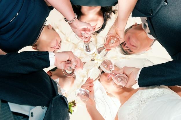 Vidros tilintando da festa de casamento