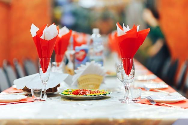 Vidros vazios ajustados no restaurante. conceito de serviço de catering