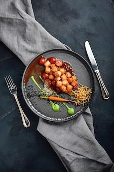 Vieiras grelhadas com legumes e molho, uma bela apresentação do chef