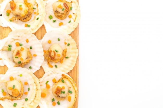 Vieiras grelhadas com manteiga e alho