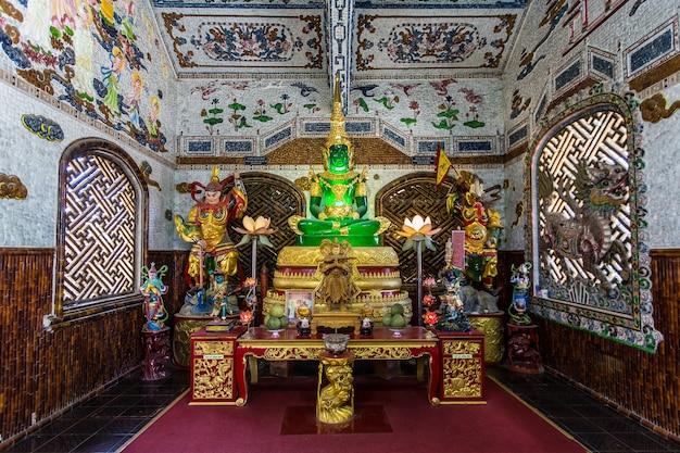 Vietnã - fevereiro 2016 - dentro do templo budista no vietnã