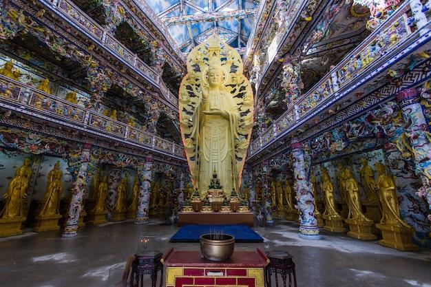 Vietnã - fevereiro 2016 - estátua de buda no templo, vietnã