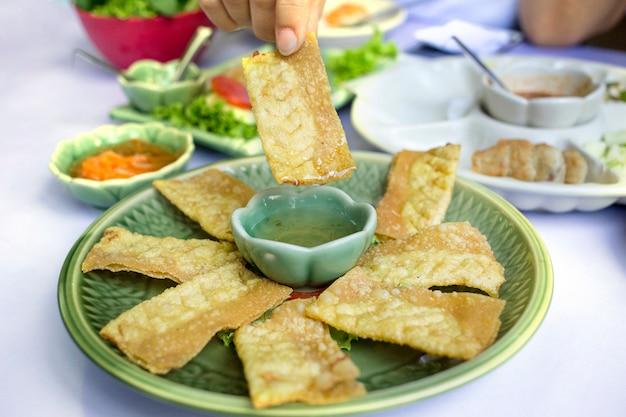 Vietnamita fried fried wontons com carne de porco, camarão e vegetais