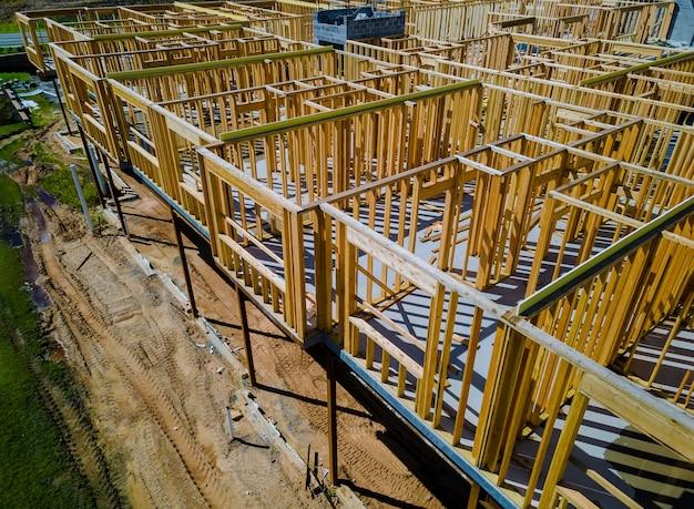 Viga de enquadramento da nova casa em construção construção de viga residencial de apartamento