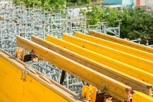 Vigas de construção amarelas durante a construção de uma ponte de transporte