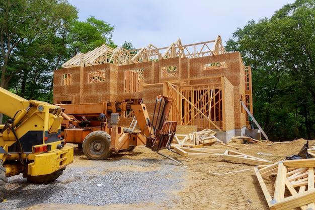 Vigas residenciais americanas de casa em meados de construção