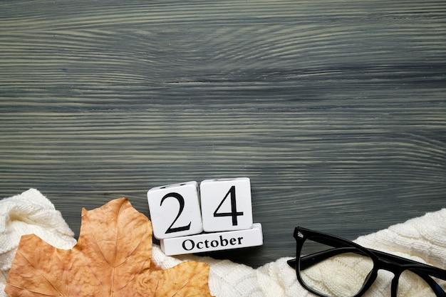 Vigésimo quarto dia do outono mês calendário outubro com espaço de cópia.