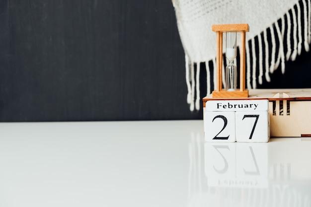 Vigésimo sétimo dia do mês de inverno, calendário de fevereiro, com espaço de cópia.