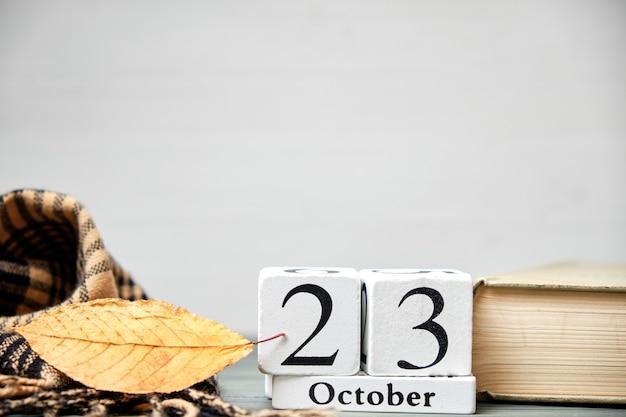 Vigésimo terceiro dia do outono mês calendário outubro com espaço de cópia.