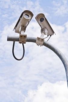 Vigilância security camera ou cctv no céu azul