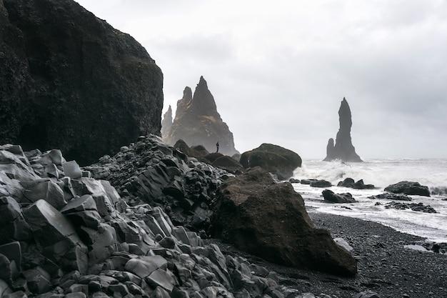 Vik e colunas de basalto, praia de areia preta na islândia.