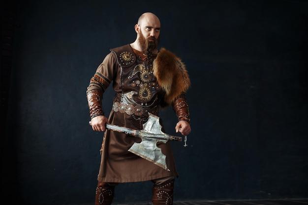 Viking barbudo com machado em roupas nórdicas