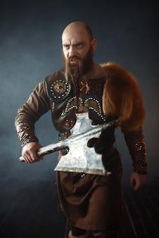 Viking barbudo com machado entra na batalha