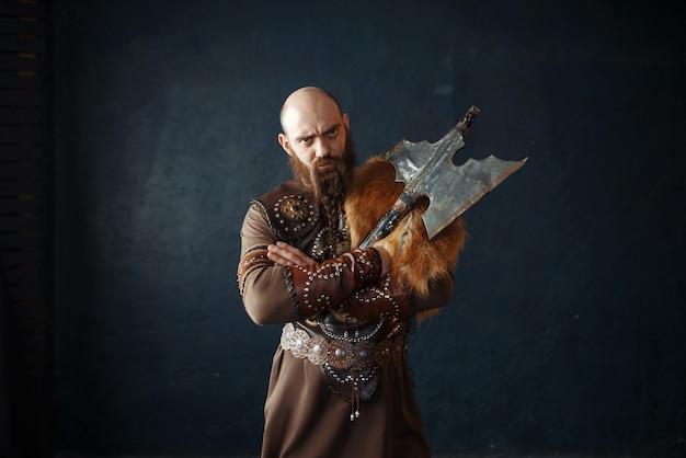 Viking com machado em roupas nórdicas tradicionais