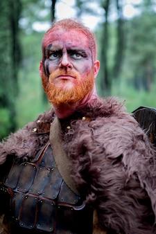 Viking real com muitas árvores ao redor
