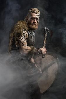 Viking vestido com a pele de um urso com um machado