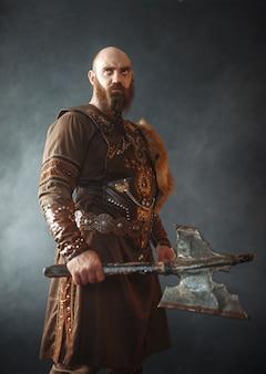 Viking zangado com machado, espírito marcial, bárbaro