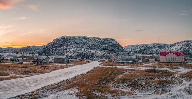 Vila autêntica de teriberka, no norte da rússia. vista panorâmica.
