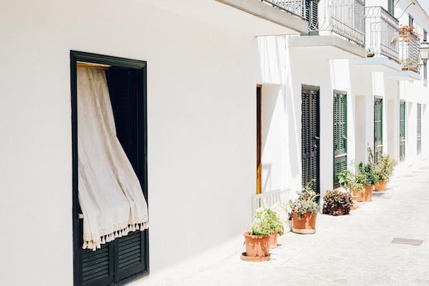 Vila com fachadas brancas