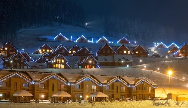 Vila de esqui à noite