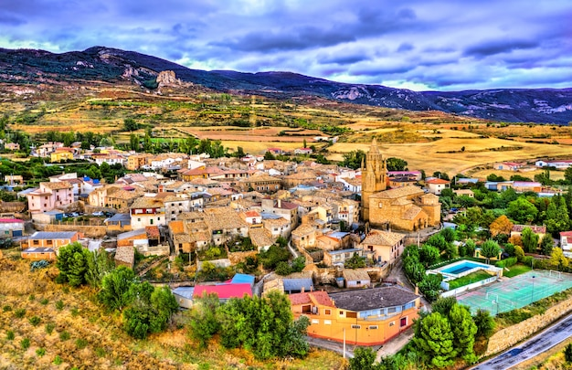 Vila de loarre com o seu castelo. província de huesca - aragão, espanha