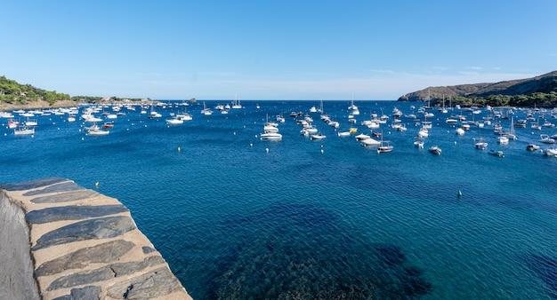 Vila de pescadores com barcos ancorados na baía