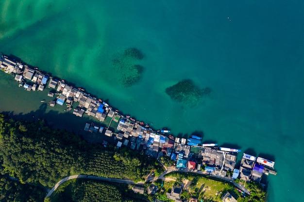 Vila de pescadores desde a vista aérea em koh kood, sudeste da tailândia.