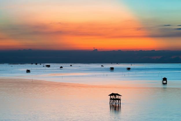 Vila de pescadores e mar, tailândia