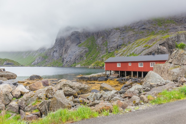 Vila de pescadores nusfjord autêntica com casas rorbu vermelhas tradicionais no inverno. ilhas lofoten, noruega
