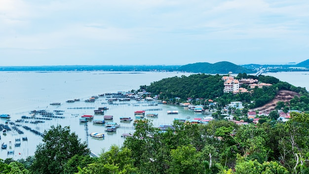 Vila de pescadores. pak nam chumphon. vista do ponto de vista de khao (colina) matsee na província de chumphon.