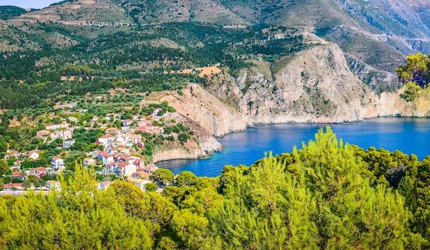 Vila de pescadores tradicional de assos na ilha de kefalonia na grécia Foto Premium