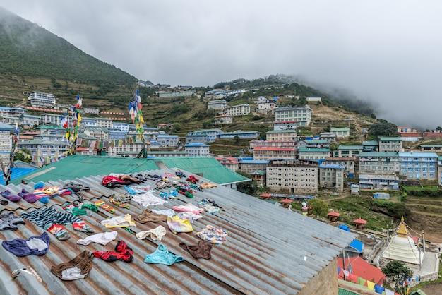 Vila do bazar de namche na maneira ao acampamento base de everest, região de khumbu, nepal himalaya.