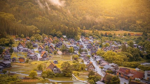 Vila japonesa tradicional e histórica shirakawago na prefeitura de gifu japão,