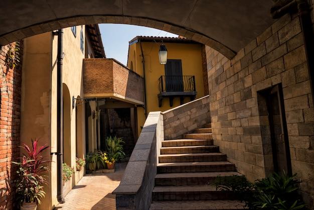 Vila medieval com sombra do sol, toscana