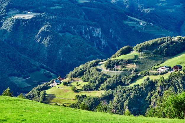 Vila nova levante com montanhas