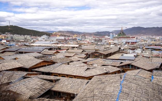Vila pequena entre a paisagem bonita da montanha da silhueta em china.